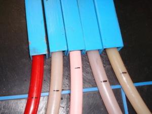 Отметки на трубах после прокачки по ним воды, нагретой до 60 °C (увеличено)