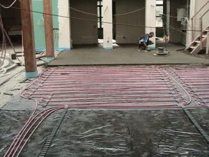 Отопление коттеджа в Вишенках - устройство бетонной стяжки в холле первого этажа