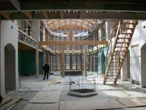 Общий вид холла с гостиной, зимним садом и бассейном (площадь зала 600 кв. м., площадь бассейна 55 кв. м.)